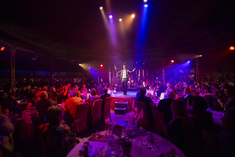 Zauberkünstler und Moderator Alexander Merk live auf der Bühne