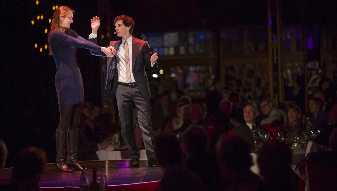 Ein kleines Wunder in den Händen einer Zuschauerin auf der Bühne