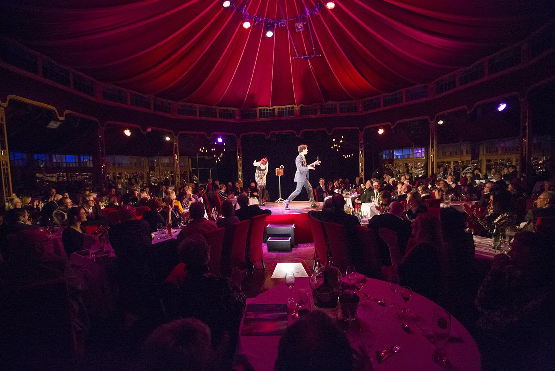 Staunendes Publikum im Spiegelzelt während der Zaubershow von Alexander Merk