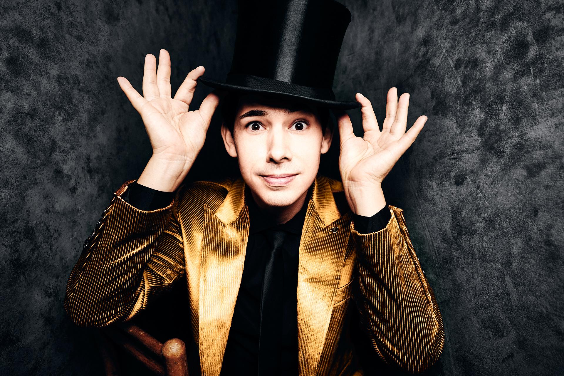 Merkwürdig dieser Zauberer im goldenen Anzug