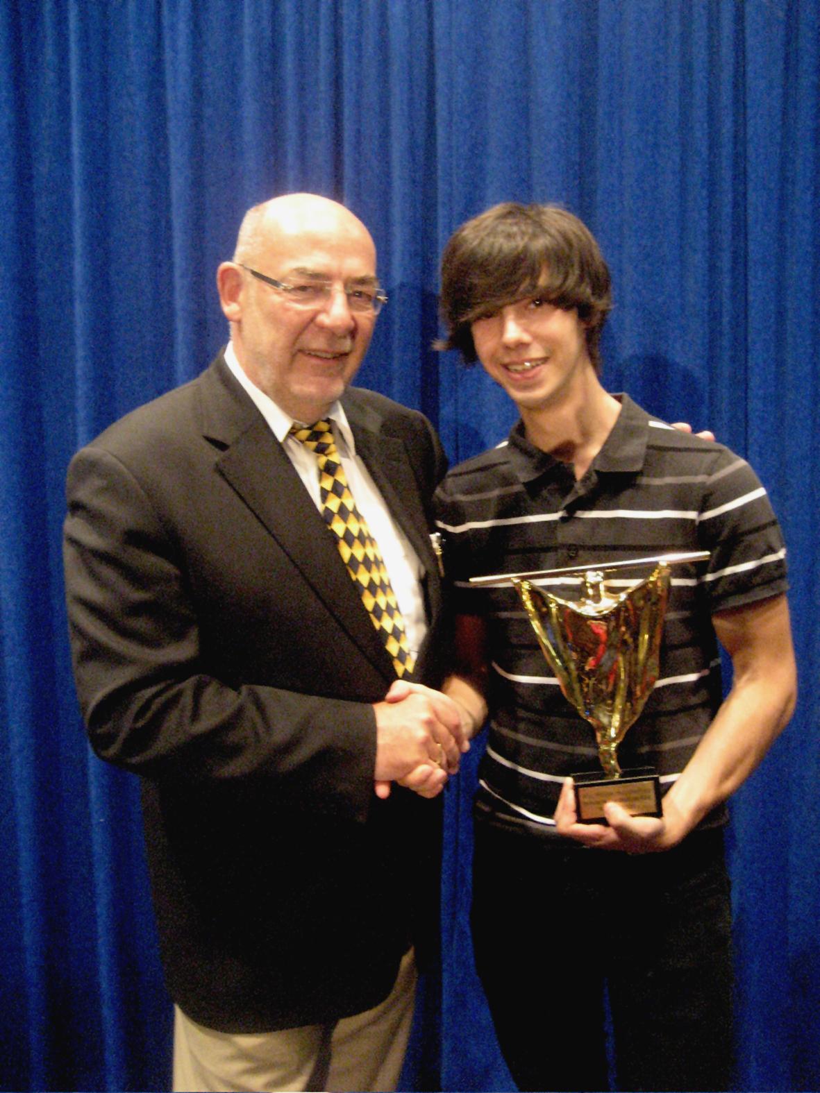 Alexander Merk aus Berlin gewinnt in zwei Sparten bei der Vorentscheidung zur Deutschen Meisterschaft der Zauberkunst